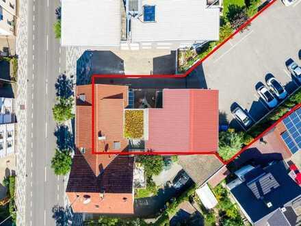 Auf großem Grundstück in der Kernstadt: Geschäftshaus samt Parkfläche mit Entwicklungspotenzial