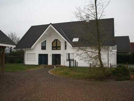 Sehr geräumiges Wohnhaus mit Büro, Garten und großer Garage/Lager. Für Gewerbetreibende geeignet.