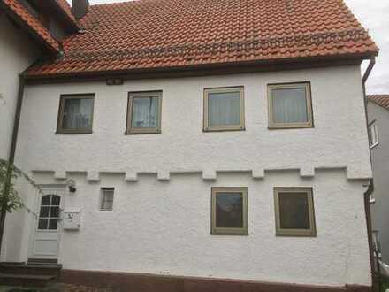 Gewerbeimmobilie: Lagermöglichkeit, einfaches älteres Haus mit PKW Stellplatz zu vermieten.