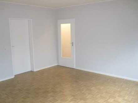 Helle, renovierte 2 Zimmer Wohnung, Küche, Diele, Bad, Balkon in Köln Bayenthal.