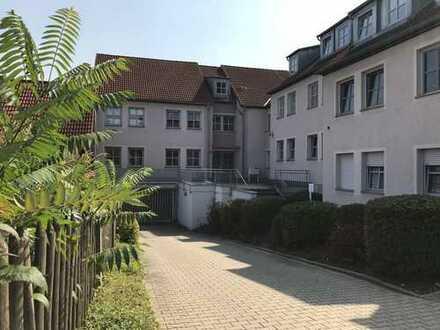 Großzügige 3-Raum-Whg. im EG, Balkon, Laminat, Küche mit Fenster, Abstellraum im DG, TG-Stellplatz