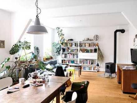 helle Altbauwohnung mit Balkon, Küche und Kamin