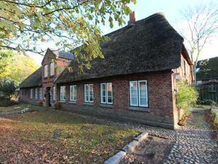 Baudenkmal: Friesenhaus unter Reet mit Hauptwohnung u. Ferienwohnung sowie Baugrundstück