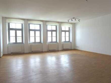 Im Herzen der Altstadt - Sehr schöne Wohnung mit Loggia, Aufzug und Garage