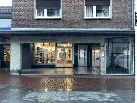 Moderner Laden mit zusätzlichem Schaukasten in der Fussgängerzone