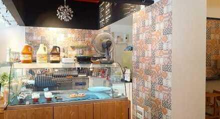 Imbiss-Schnellrestaurant mit Außenterrasse in starker Lauflage