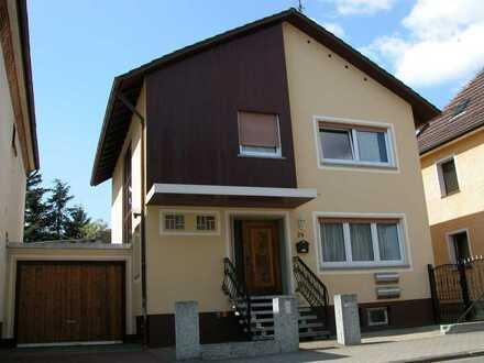 Freistehendes Haus mit Terrasse und Einliegerwohnung / Büro
