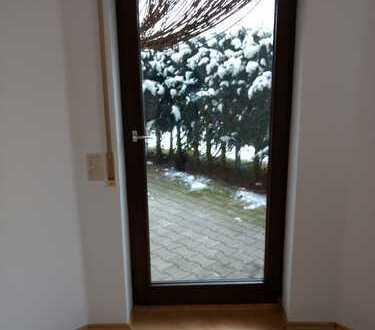 Neuwertige 2,5-Zimmer-EG-Wohnung mit Terrase, EBK und 2 Stellplätzen in Wüstenrot