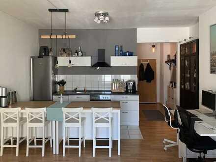 Helle Altbau 2-Zimmer-Hochparterre-Wohnung mit großem Bad