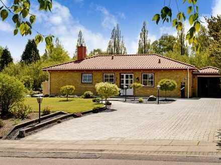 Wohnen mit viel Stil, top angelegtem Garten und allem drum und dran!