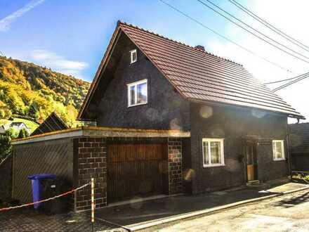 Einfamilienhaus mit Garage und kleinem Garten