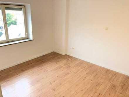 *Mitten in Pfersee: Toll renovierte Wohnung mit neuer Heizung und neuem Laminat*