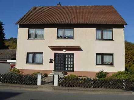 Gepflegtes Ein- bis Zweifamilienhaus mit 2 Garagen und tollem Gartengrundstück in Mühlbach.