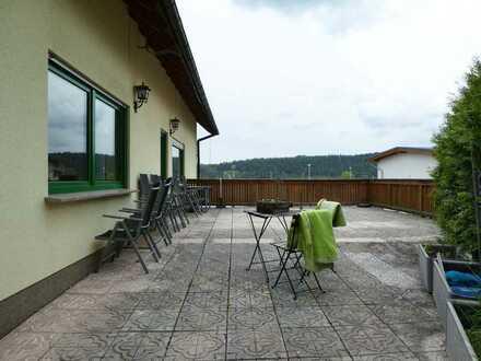 AUMÜLLER-Immobilien - Gepflegte 4-Zi-Wohnung mit großer Terrasse und Garage