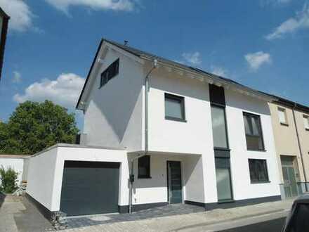 Attraktives Einfamilienhaus mit Garten und Garage in guter Lage - fertiggestellt - Erstbezug !