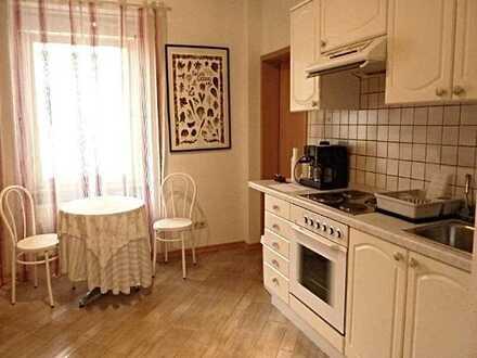 Komplett möblierte 2-Zi-Whg im Zentrum von Baden-Baden, Küche mit Essbereich, schönes Bad