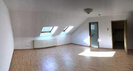 kleine zentrumsnahe Dachgeschosswohnung mit Einbauküche