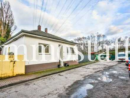 GELEGENHEIT: Gewerbeimmobilie mit ca. 5.400 m² Grundstück, Halle, Haus & Garagen zu verkaufen.