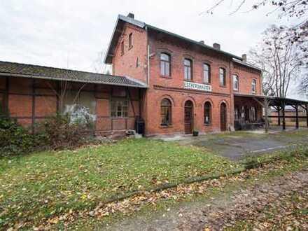 Komplett saniertes Gebäude im historischem Bahnhof
