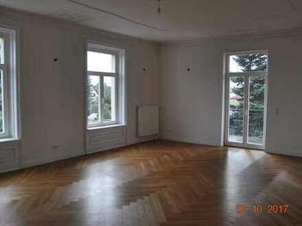 Repräsentative Altbauwohnung mit Stuck und Deckenbemalung in stilvollen Ambiente, sehr hell