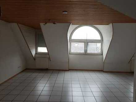 Helle Maisonette-Wohnung mit Balkonund Carport