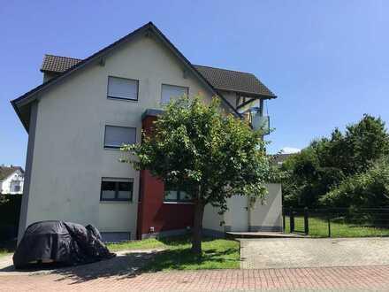 Neuwertige DG-Wohnung mit drei Zimmern und Balkon in Goldbac