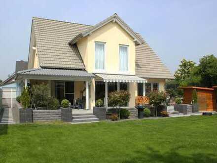 Neuwertiges, freistehendes Einfamilienhaus mit großem sonnigen Grundstück