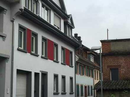 Sanierte 2,5 Zimmer Altbauwohnung mit Loggia in zentraler Lage