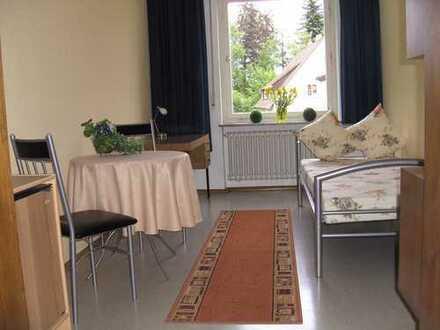 Möbliertes Zimmer mit Gemeinschafts- Küche und Bad