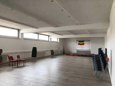 Gewerbeliegenschaft mit Büro-, Lager- und Hallenfläche zu vermieten