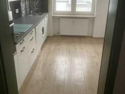 Vollständig renovierte Wohnung mit drei Zimmern sowie Balkon und Einbauküche in Veitsbronn
