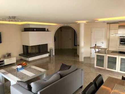 Exklusive 4 Zi. Erdgeschosswohnung mit Eleganter Küche und Kamin
