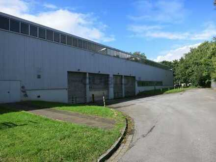 Freistehende Hallenfläche auf vollständig umzäunten Gelände mit Bürogebäude!