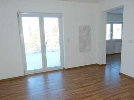 Helle, geräumige EG-Whg. (2ZKB, etc.) in modernisiertem 2-Fam.-Haus mit großer Terrasse und Garten!