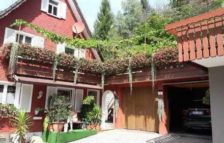 Den Traum vom Eigenheim verwirklichen: Zweifamilienhaus mit großen Grundstück und Doppelgarage