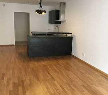 Zentral am Main gelegene 2 Zimmer Wohnung mit offener Küche.