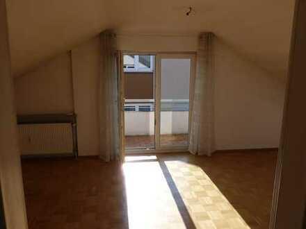 Sonnige 3-Zimmer-DG-Wohnung mit Balkon und Einbauküche in Weinstadt