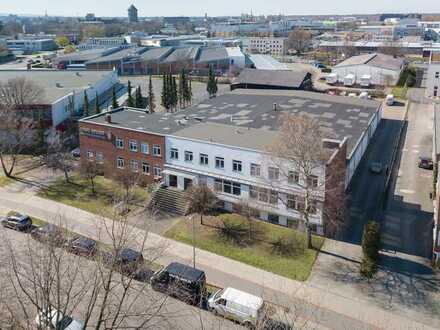 Gewerbehalle mit Abhollager, Bürogebäude und Betriebswohnungen auf großem Grundstück