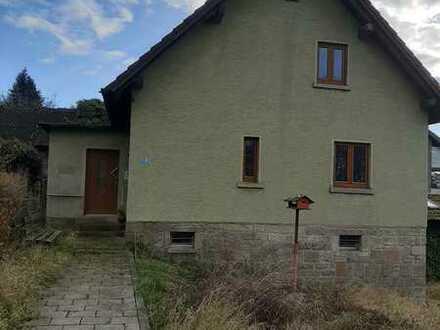 Sanierungsbedürftiges Einfamilienhaus mit großem Grundstück