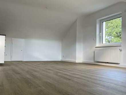 Lichtdurchflutete neuwertige-Dachgeschosswohnung mit Einbauküche in Stuttgart
