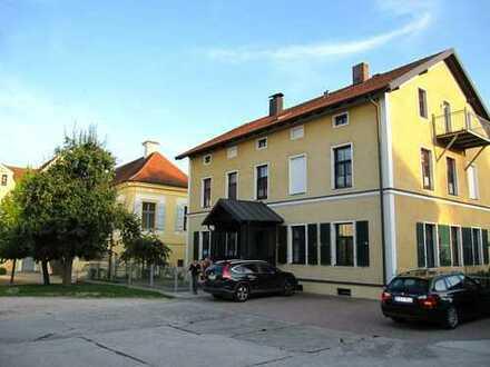 Wohnen am Schloß: 2-Zimmer Altbauwohnung mit Balkon und Garten in Alteglofsheim