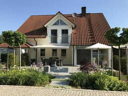 Hochwertiges EFH mit 285 m² Wohnfläche nahe Zentrum mit uneinsehbarem Grundstück.