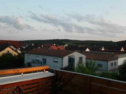 Gepflegte Dachgeschosswohnung mit eineinhalb Zimmern sowie Balkon und Einbauküche in Kümmersbruck