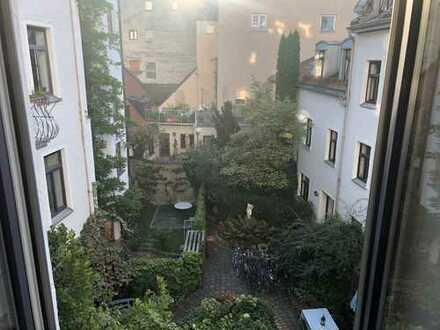 Stilvolle, geräumige und vollständig renovierte 2-Zimmer-Wohnung mit Balkon in Haidhausen, München