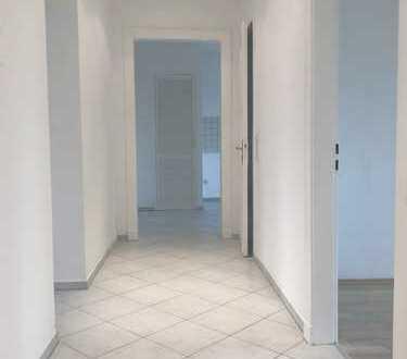 ***Renovierte Dachgeschosswohnung mit weißen Wannenbad, gr. Wohnzimmer und Wohnküche***