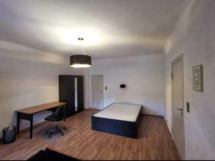 WG Zimmer mit Balkon und Putzfrau