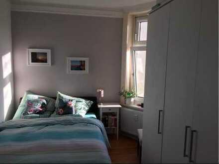1 Jahr zur Zwischenmiete: 2-Zimmer-DG-Wohnung mit Balkon und Einbauküche in Eppendorf, Hamburg