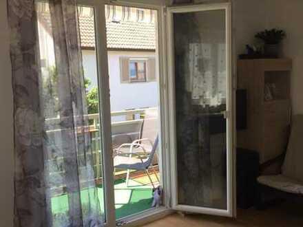 Lichtdurchflutete, modernisierte 2-Zimmer-Wohnung mit Balkon und Einbauküche in Kirchheim unter Teck