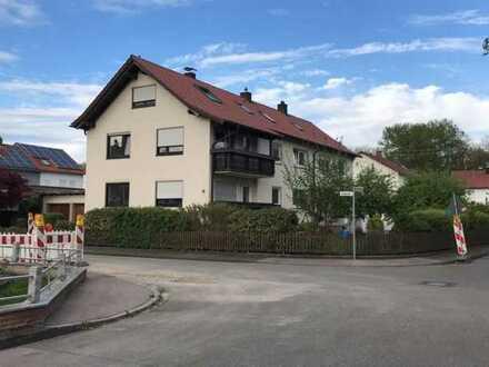 Schöne Charmante DG-Wohnung mit bebauten Dachschrägen in Form von Kleiderschränken bzw. Stauraum