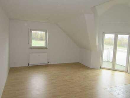 4-Zimmer-DG-Wohnung mit 2 Balkonen, 2 Stellplätzen und Einbauküche